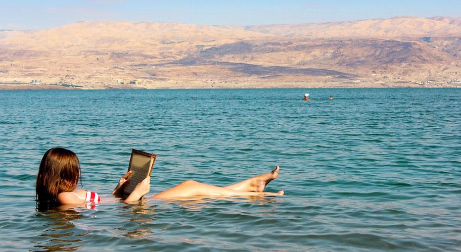 Schwereloses Baden im Toten Meer in Jordanien