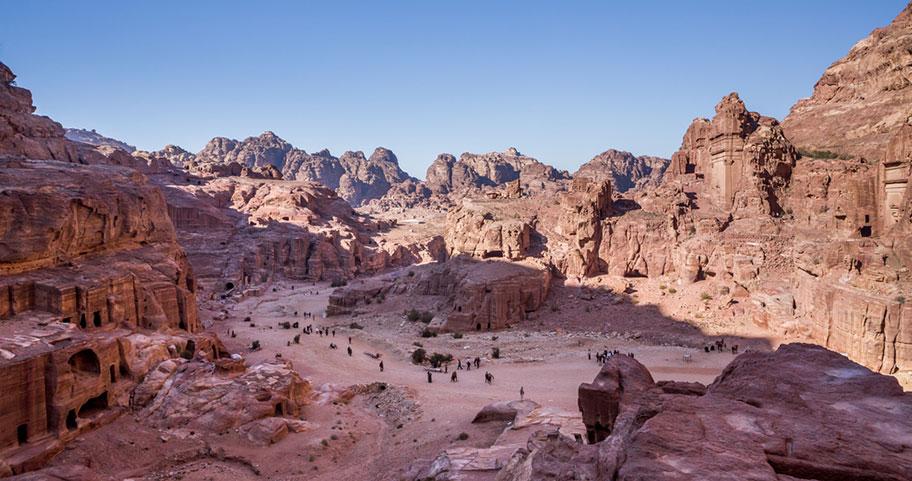 Kulturgüter Jordaniens Touristen in der Wüste